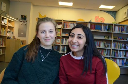 ENGASJERTE: Marthea Meier (t.v.) og Vipra Sharma fra Sofiemyrtoppen skole har valgt et annerledes, men svært givende valgfag denne våren!