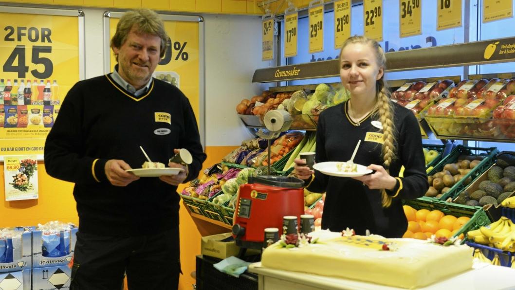 TAR KAKA: I anledning av den første dagen som Coop Prix, byr butikksjef Vidar Martinsen (59) og butikkansatt Benedikte Berg (20) på marsipankake.