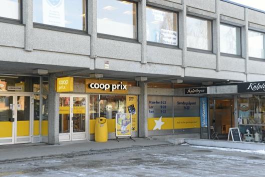 GULT ER KULT: Bort med det røde og inn med det gule. Fasaden og konseptet på Coop butikken i Sentrumsbygget er forandret fra Marked til Prix.