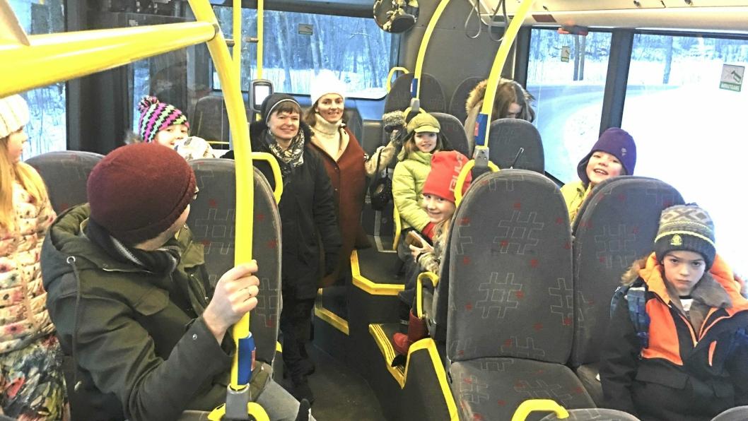 INGEN BELTER: Slik ser det ut en typisk morgen på 86-bussen fra Svartskog. Her kjører MDG-politikerne Hans Martin Enger og Inger Kalstad-Sjødalstrand samme med mor Maja S. K. Ratkje (hvit lue) og barna Marte og Frida (grønne jakker). De savner alle belter i bussene.