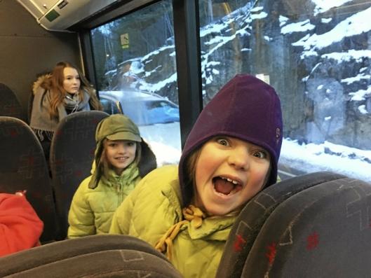 ØNSKER BELTE I BUSSENE: Marte (8) og Frida (9) ønsker belte i rutebussene som fungerer som skolebusser.
