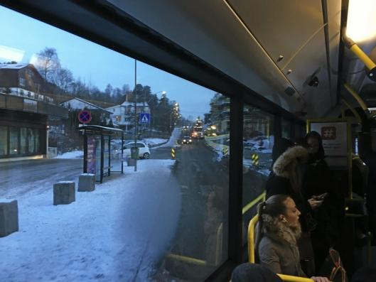 PÅ VEIEN UTEN BELTER: Mange ønsker seg bilbelter i bussene fra Svartskog.