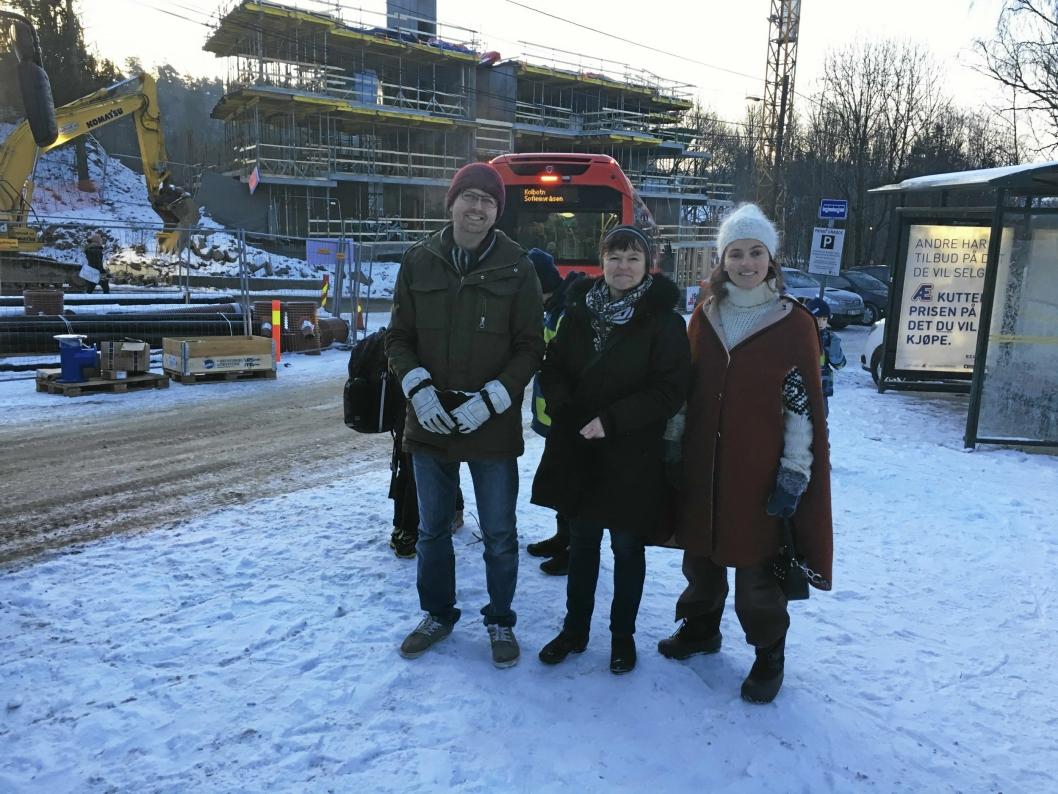 PÅ ENDESTASJONEN: Hans Martin Enger (f.v.) og Inger Kalstad-Sjødalstrand fra MDG sammen med mor Maja S. K. Ratkje kommer til å ta opp bussbelte-saken videre med Ruter.
