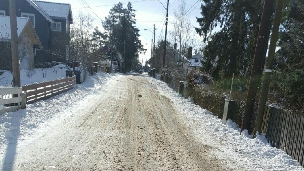 SLAPS OG ATTER SLAPS: Slik så det ut i Fjellveien et halvt døgn etter snøfallet. Bildet er tatt av innsender av dette debattinnlegget.