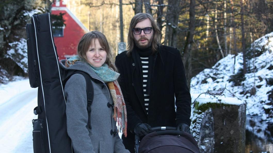 KLARE FOR Å KOMME HJEM EN TUR: Ragnhild Zeigler (t.v.) og ektemannen Kay Skogheim tar med seg både barn og instrumenter hjem til Kolbotn i forbindelse med singelslippet.