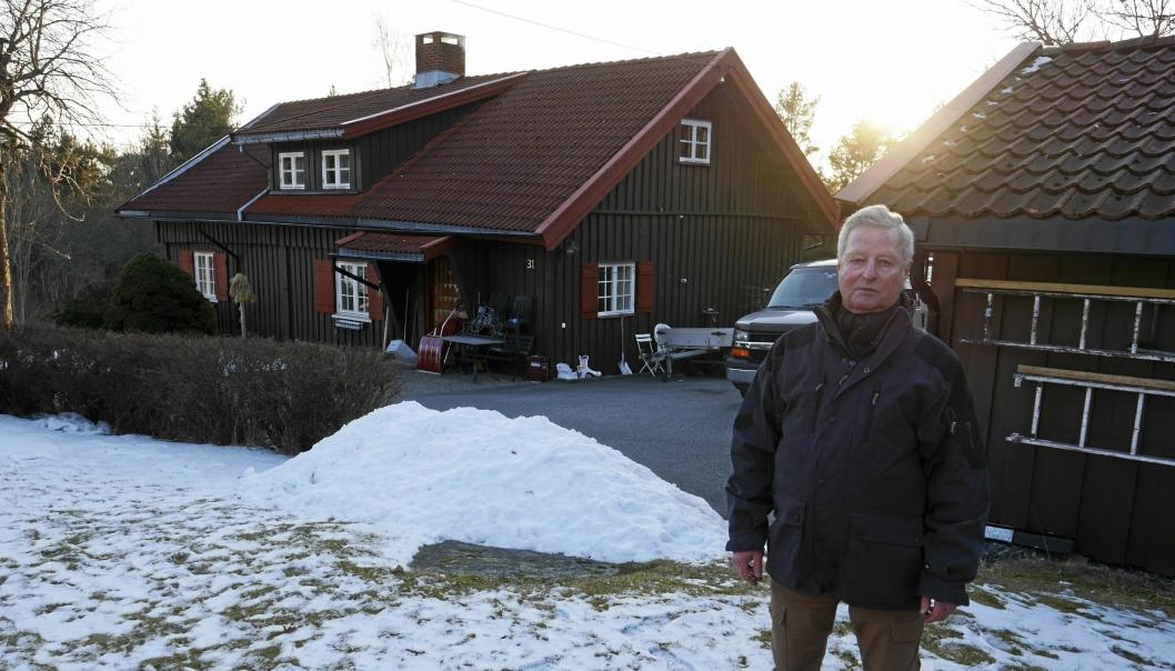 LEIER UT BOLIGEN: Pål Juul Tonga (69) har bodd på Li gård i 40 år, men flyttet ut til Kolbotn sentrum for halvannet år siden. Den historiske boligen på gården (til venstre på bildet), som er i hvert fall over 200 år gammel, leier han ut.