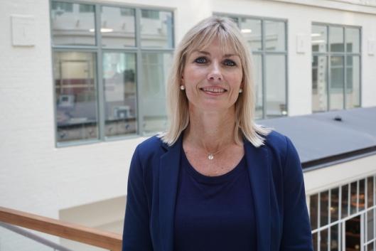 TRENGER FRIVILLIGE: Ingvild Reitan, distriktssjef for Kreftforeningen er klar på at de trenger frivillige som Silje Pedersen.