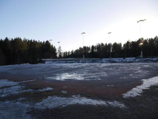 HER SKAL DET BYGGES: I dette området, rett ved kunstgressbanen, skal den nye idrettshallen bygges.