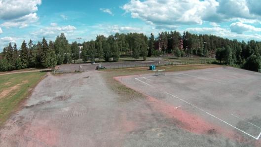 HER SKAL HALLEN BYGGES: Den nye idrettshallen, som etter planen skal stå ferdig innen utgangen av 2019, skal bygges her, på grusbanen på Sofiemyr.