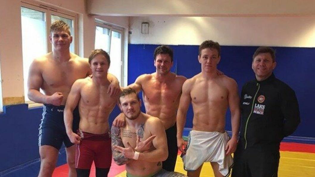 KLARE FOR EM: Fra venstre: Oskar Marvik (130 kilo), Morten Thoresen (66 kilo), Ari Harkanen (Hovedtrener), Brage Haugmo Ringheim (75 kilo), Eren Gjæktvik (Trener) og Felix Baldauf (98 kilo), som er forrerst på bildet.