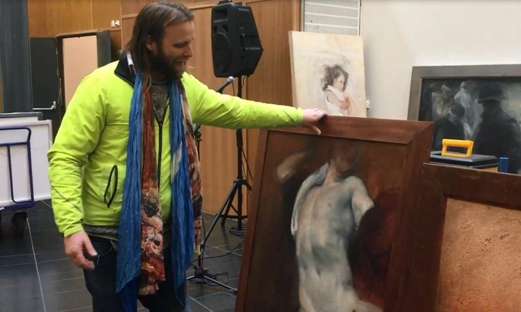 DYPT ENGASJERT: Aune Sand viser stolt frem kunsten han har med seg til Kolben på sin popup-utstilling.