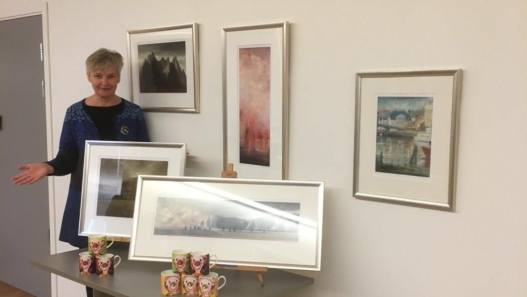 OVERRSAKET: Det ble en fantastisk dag for virksomhetsleder Marie Rolstad og de andre ved Høyås da selveste Aune Sand kom på besøk med kunstgaver!