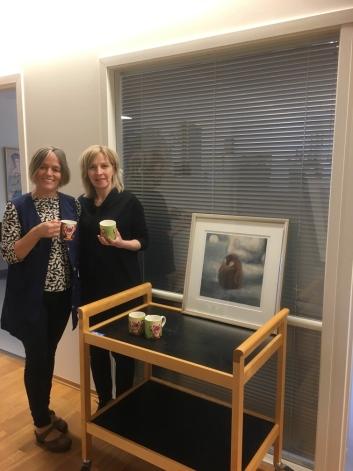VAKRE KOPPER OG NYDELIG KUNST: Aktivitør Irene Sandstø og Grete Strømsvik fikk, som de andre ansatte, vakre kopper signert Marianne Auli.