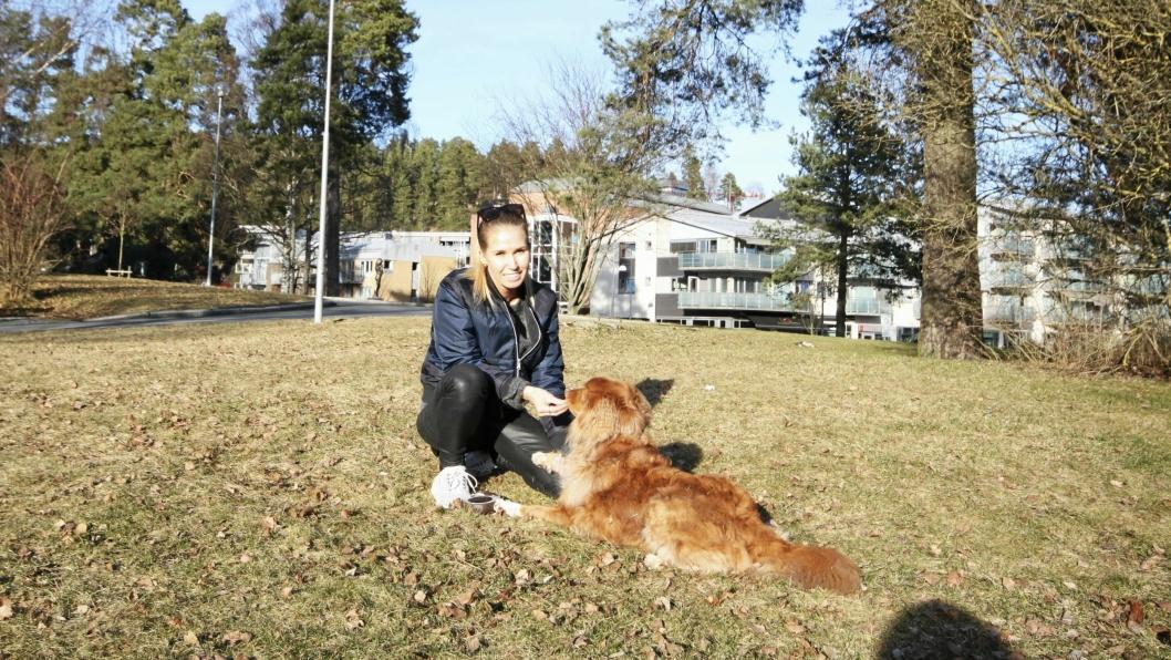 HUNDEPARK I SENTRUM: – Hundene trenger å løpe fritt, sier Hanna Meyer Thuestad (V). Hun foreslår at det etableres en hundepark sentralt på Kolbotn, i rådhusparken, ved vannkanten på Jordbærsletta eller på et inngjerdet sted ved Kolben. Her er hun med familiehunden Pablo (8).