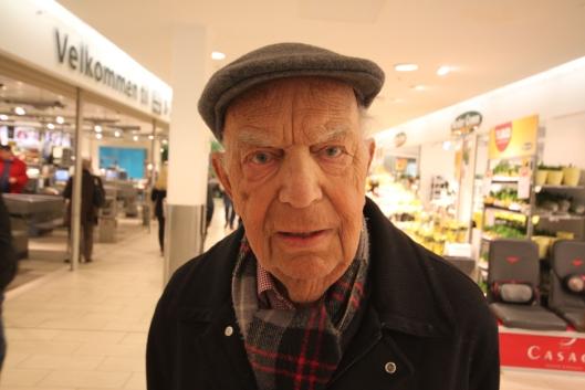SKEPTISK: Øystein Nerly (90) fra Jordbærsletta er en av dem som ikke er spesielt fornøyd med forslaget om hundepark og lignende.