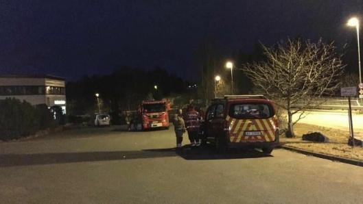 PÅ STEDET: Brannvesenet og kommunen jobbet iherdig i går for å få kontroll på situasjonen.