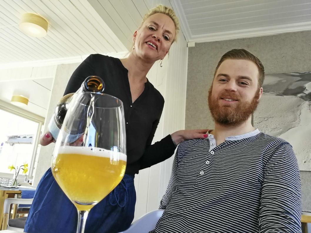 FØRSTE SJENK: Helene Jahren lar kollega Torstein Sørum Sogn prøvesmake det nye ølet.
