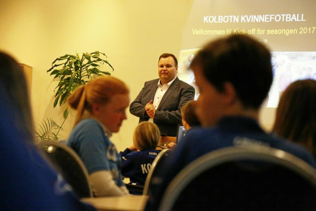 PÅ PLASS: Ordfører Thomas Sjøvold ønsket lykke til med sesongen for store og små Kolbotn-jenter, men kunne ikke love mer penger til treningsanlegg.