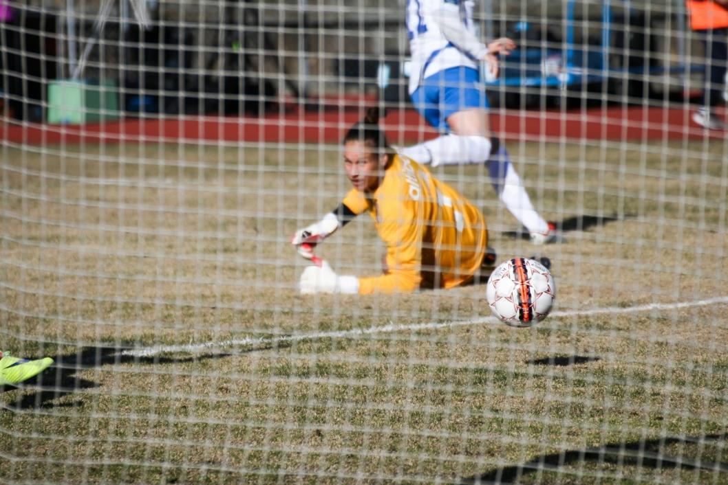 OI: Avaldsnes-keeper Katlynn Fraine ser ballen gå i mål etter et skudd av Kolbotns Antonia Göransson.