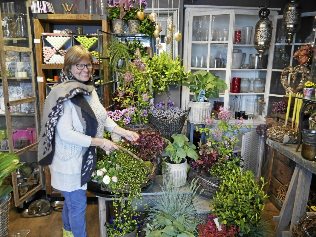 GRØNT OG FLOTTE FARGER: – Grønne planter er dét som gjelder for hagen og terrassen i år, sier Åse Hoff hos Fruene Fryd & Gaven på Tårnåsen.