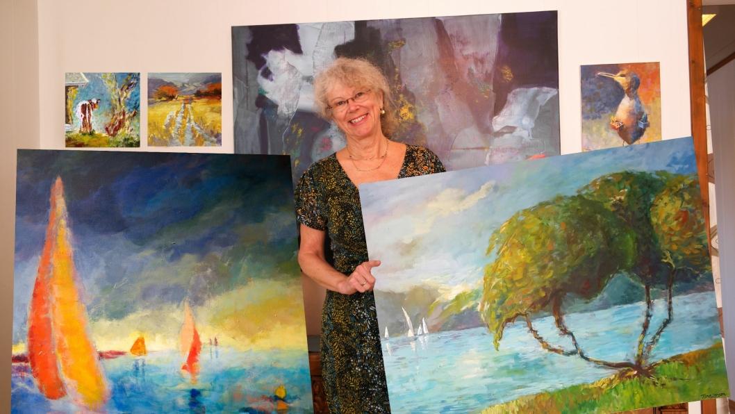 UTSTILLINGSKLAR: Tone Larsen er klar for å vise frem sine vakre malerier i biblioteksgalleriet fremover.