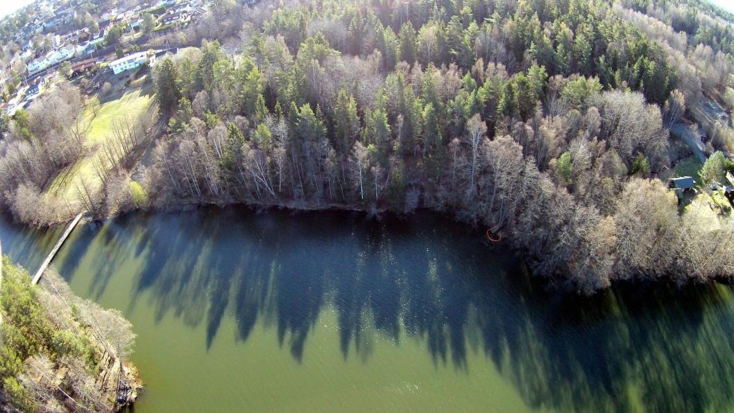 SETT FRA LUFTEN: Lensene, som du ser i oransje her fra fugleperspektiv, skal forhåpentligvis forhindre oljen i å nå Kolbotnvannet.
