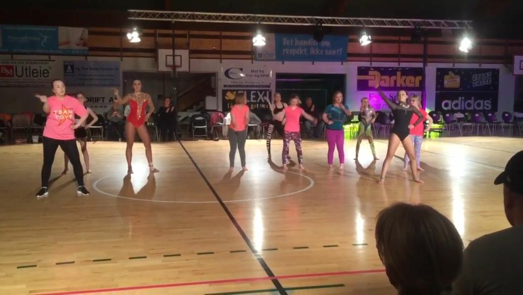 SHOW: Det ble høy stemning i hallen da dansestjernene og noen elite-dansere fridde til publikum med et koreografert show. Her er det akrobatikk og følelser i skjønn forening. Se video på oavis.no.