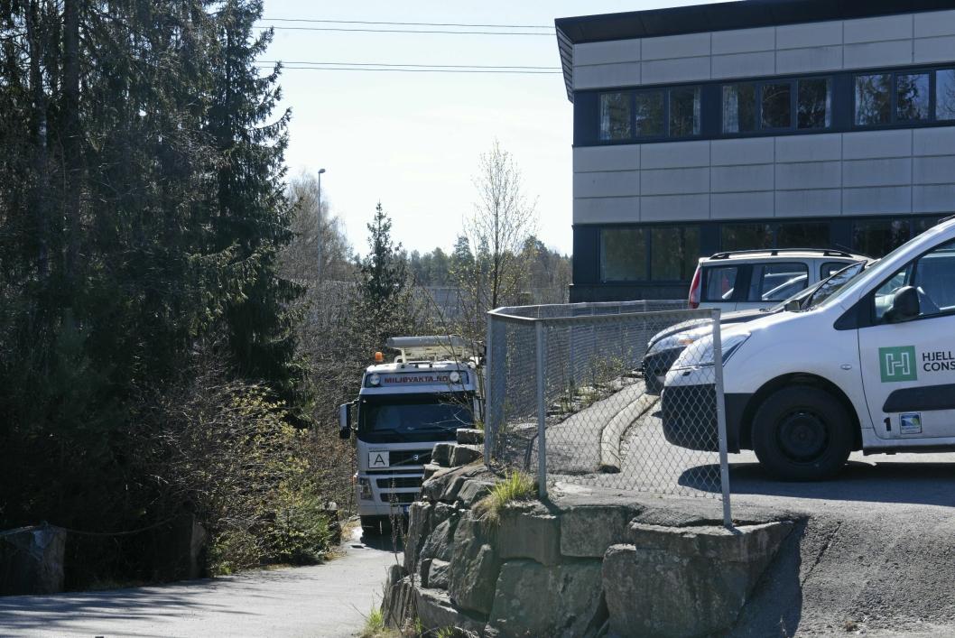 Heidi Tomten i UTE har overlatt satfettpinnen til grunneier som har leid in Hjellnes Consult til å bistå med å fjerne og stoppe oljeutslippene. .
