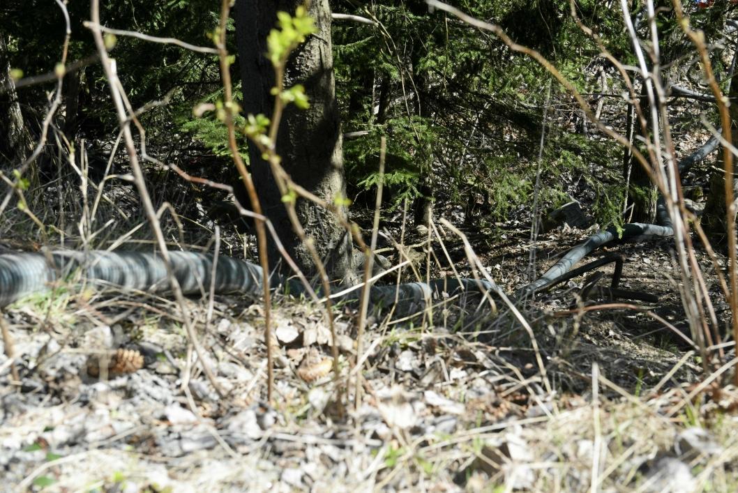 KUMMERLIGE FORHOLD: Kummen som ligger i Peder Sletners Vei 2 blir pumpet og lenser er lagt ut for å stoppe tilførselen til Myrvollbekken.