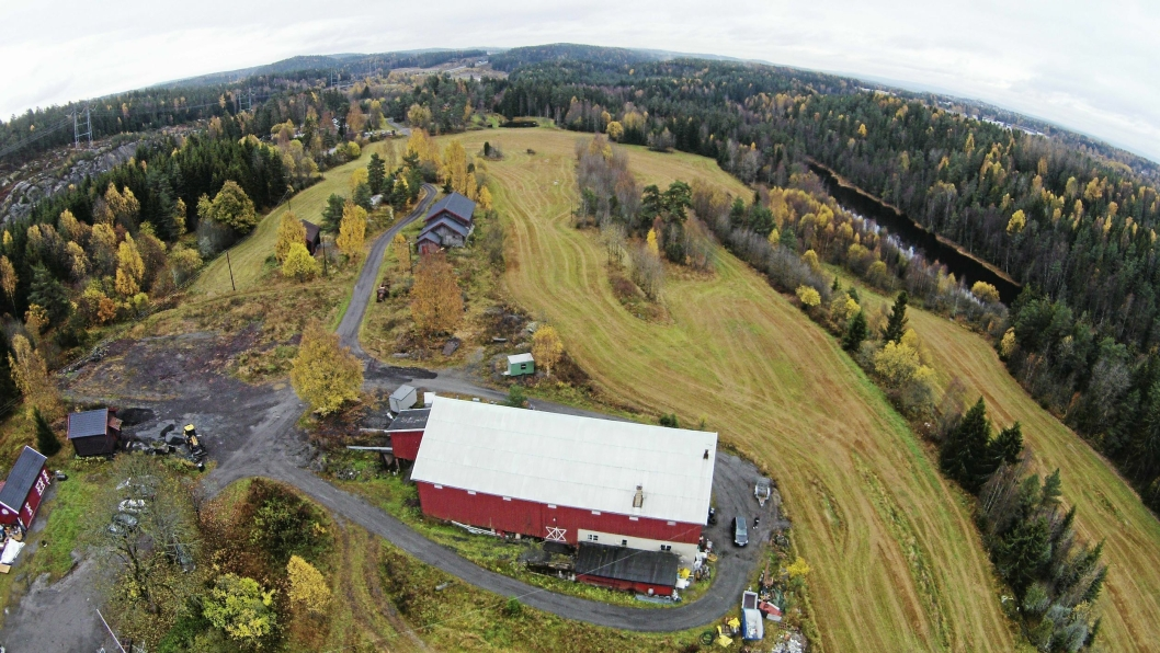 FRA FUGLEPERSPEKTIV: Her kan du se Taraldrud gård fra fugleperspektiv. Våningshuset kan skues et stykke bak i bildet.