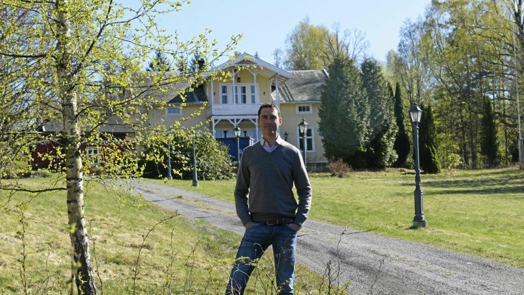 FANTASTISK EIENDOM: Olav Birkenes, CEO i Birkenes & Co AS (sammen med hunden Frida), synes området er fantastisk og gleder seg til å sette istand den gamle viallen i Roald Amundsens vei 145c.