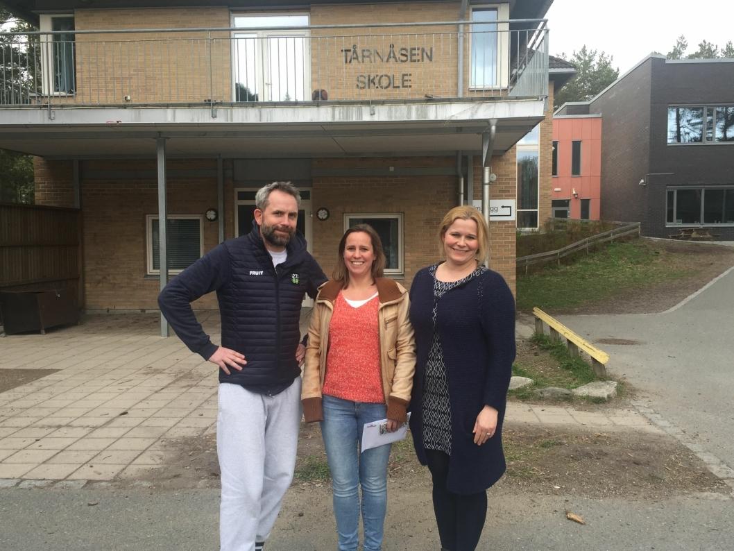 GLEDER SEG: Paal Sjøvall, Inger Brandstrup og Caroline Monstad Høgnes sitter i 17. mai-komitéen ved Tårnåsen skole. Nå legger de siste hånd på verket foran feiringen.