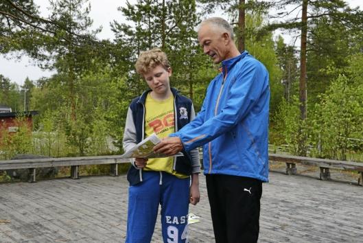 KARTLESER: Bård Bjørhei hjelper Marcus Rutledal-Ek (14) med kartlesingen.