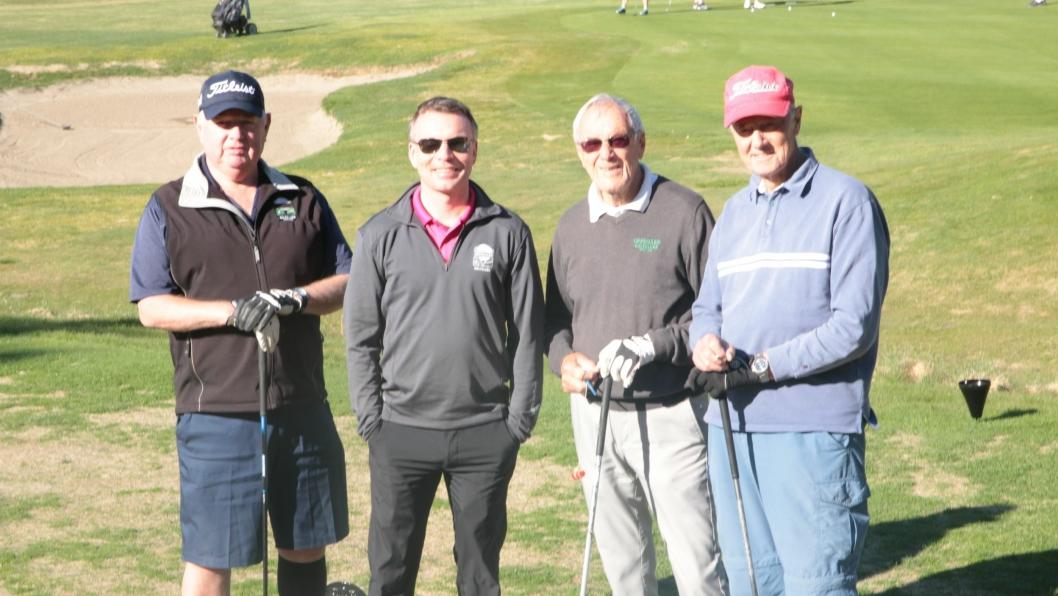 FORNØYDE: Endelig er sesongen i gang, og det er bare å komme seg ut på den lokale golfklubben for å spille. Årets sesong kom tregt, men godt i gang. Fra venstre ser du Bjørn Bjørsrud, Frode Valle, Erling Nervik og Kjell Kleven.