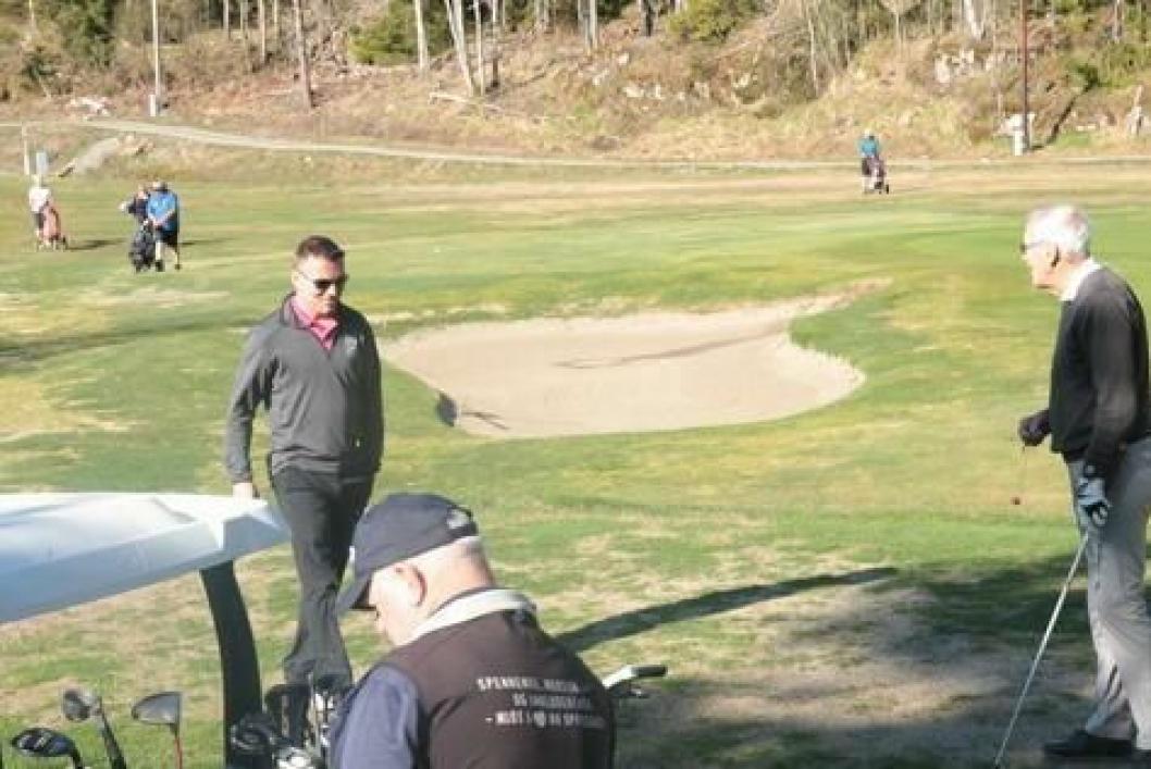 SOSIALT OG HYGGELIG: Det er flott å ta turen ut i naturen, og golf gir trim både for hodet, kropp og sjel!