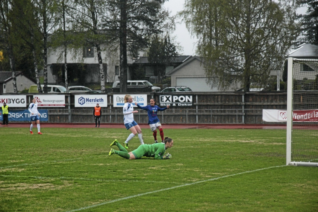TAP PÅ HJEMMEBANE: Kolbotn-damene kjempet hardt i regnværet på Sofiemyr stadion, men det ble tap mot Vålerenga.