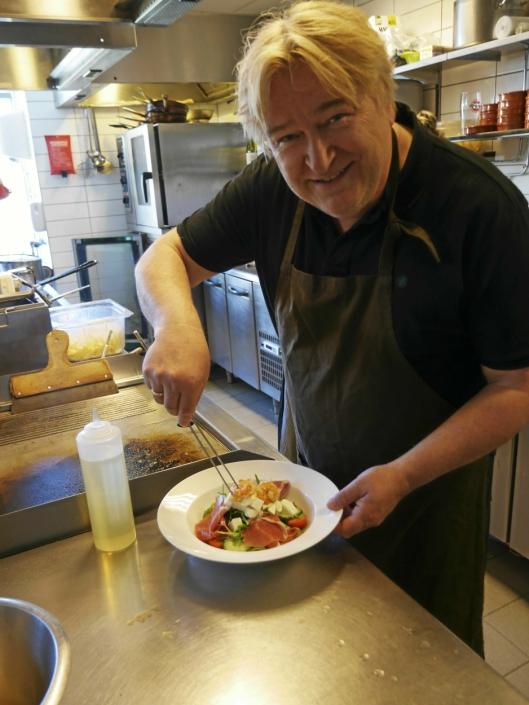 KLAR FOR KULLEBUNDEN: Jørn Hoel var på «prøvetur» på kjøkkenet på Kullebunden spiseri nylig. Nå byr han på en skikkelig helaften! Her er han i aksjon på kjøkkenet på spisestedet.
