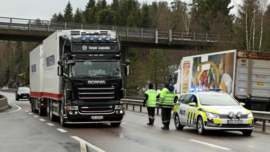 KONTROLLERER: Politiet har jevnlig kontroller på E18 over Svartskogtoppen. Bildet er tatt fra en kontroll tidligere i år og er kun et illustrasjonsbilde.
