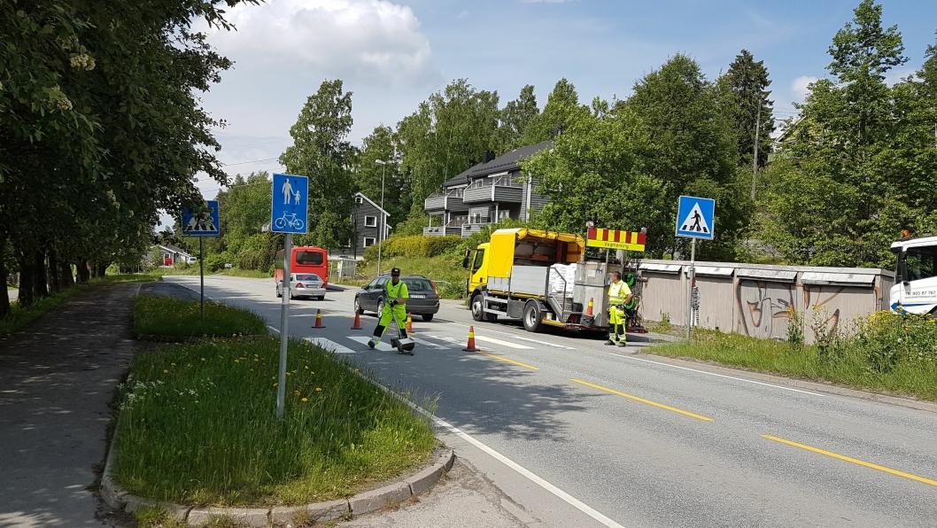 NY MERKING: Her ser du vegvesenets utsendte, i full gang med malejobben i Sønsterudveien.