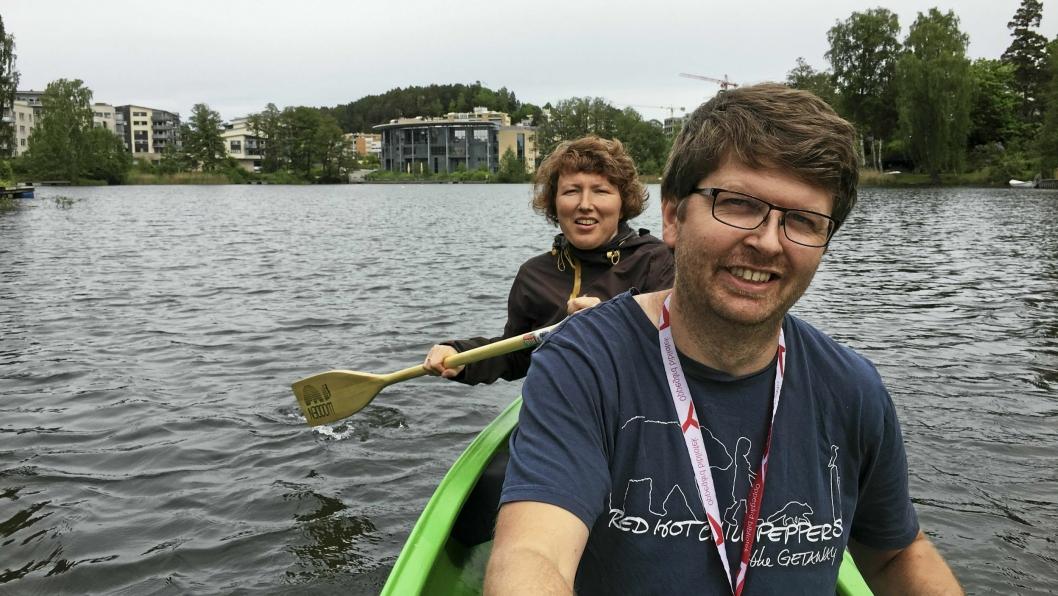 PADLE I VEI: Vi ble med ut på den første prøveturen av BUAS nye utleiekano. Her ser du bibliotekar Hilde Sjølset og bibliotekar Hans Martin Enger i full flyt. PS! Sjekk oavis.no for å bli med på kanotur!