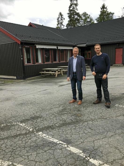 MÅ TA ET VALG: Geir Hokholt (55) og Mikael Bergqvist (32) i Oppegård Vel sier tiden er i ferd med å løpe ut for Grendehuset på Oppegård. – Tas det ikke et valg nå, vil huset uansett ikke «overleve» på sikt, sier de to.