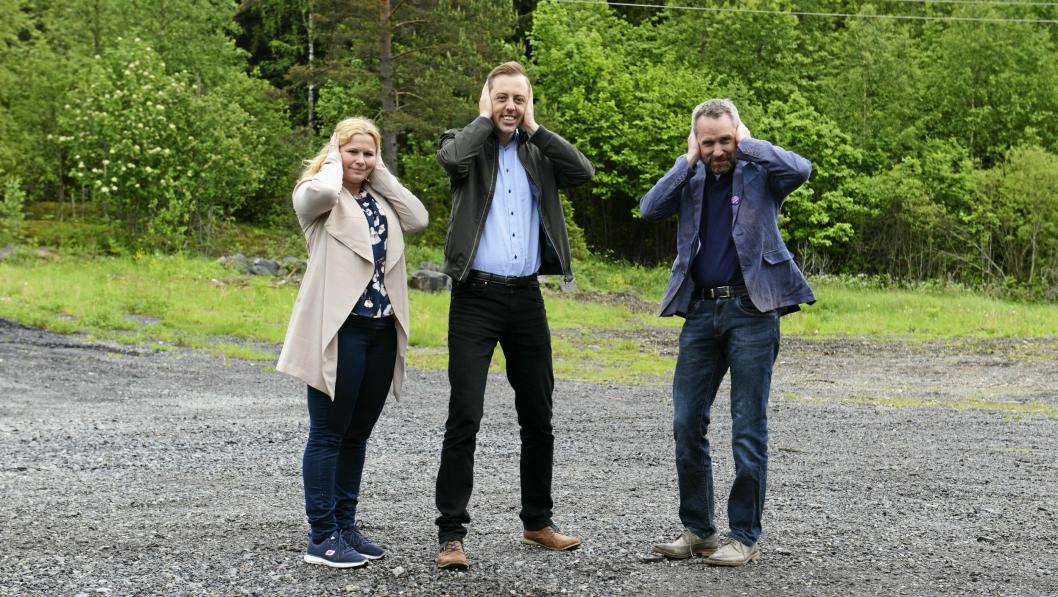 KJEMPER MOT STØYEN: Caroline Monstad og Paal Sjøvall i FAU, her fotografert sammen med SV-politiker Nicholas Wilkinson på Taraldrud, vil støyen til livs.