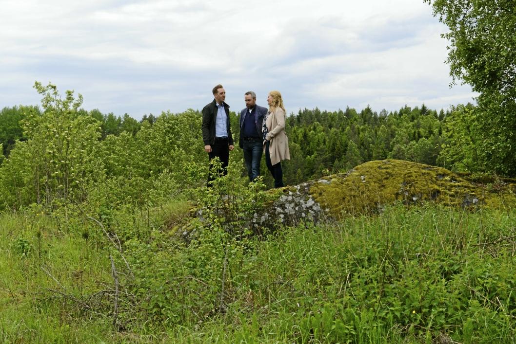 I SKUDDLINJEN: Her på Taraldrud står Nicholas Wilkinson (f.v), Paal Sjøvall og Caroline Monstad Høgsnes midt i det som skal bli Politiets nasjonale beredsskapssenter (PNB).