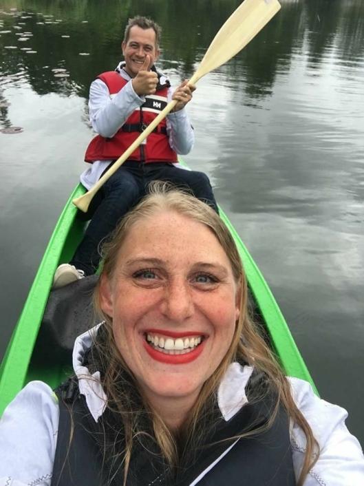 PALDLET: Oppegård Avis-journalist Veronica Grude Docker (i front) og Oppegård Avis-redaktør Anders Nordheim Dahl padlet og filmet turen.