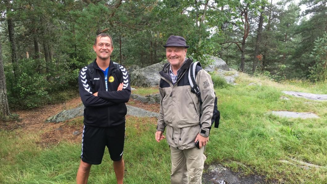 SAMMEN PÅ TUREN: Oppegård Avis-redaktør Anders Nordheim Dahl (t.v.) og Egil Wenger i Oppegård Historielag gikk Oldtidsveien - meter for meter.