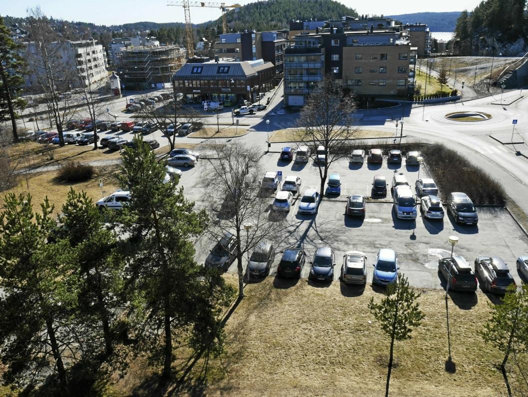 FORSLAG: Ap foreslår å etablere Generasjonsparken på denne parkeringsplassen som ligger syd for rådhuset.