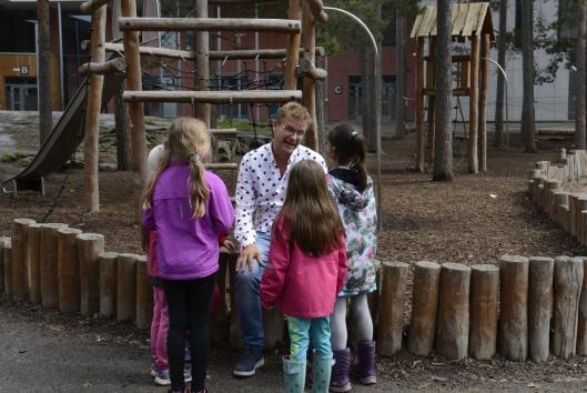 POPULÆR: Rune tar seg alltid tid til barna, som flokker seg rundt ham så fort de får sjansen.