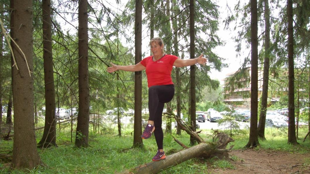 BALANSE: Øv på balansen på en veltet trestamme, eller finn et tre å klatre i!
