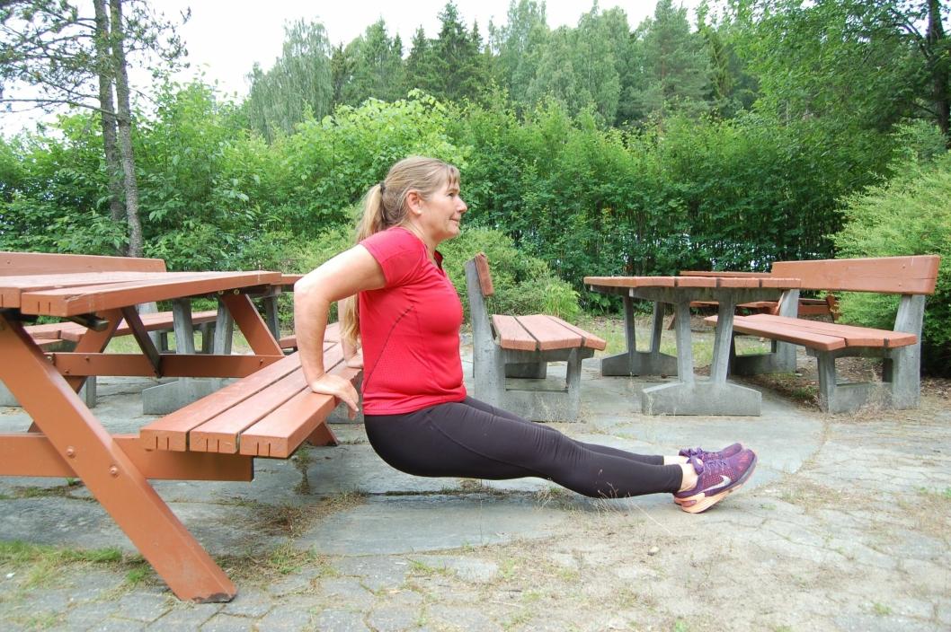 VÆR KREATIV: Du kan bruke alt som er rundt deg for å trene, og benker fungerer veldig bra til øvelser som armhevinger eller dips (bildet).