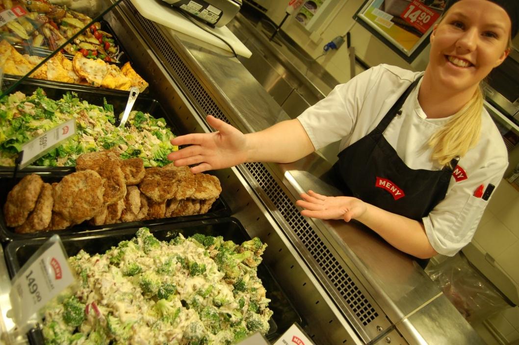 BROKKOLISALAT: Lærling Nilsen viser fram brokkolisalaten som er både sunn og mettende, og passer perfekt i sommer.